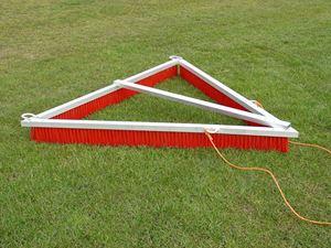 Afbeelding van Brosse Extra-Large pour terrain synthétique Triangle 2,70m